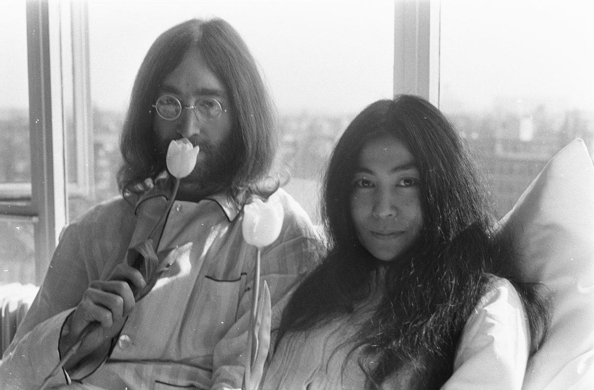 Yoko ONO; JOHN LENNON; AMSTERDAM; WHITE TULIPS;