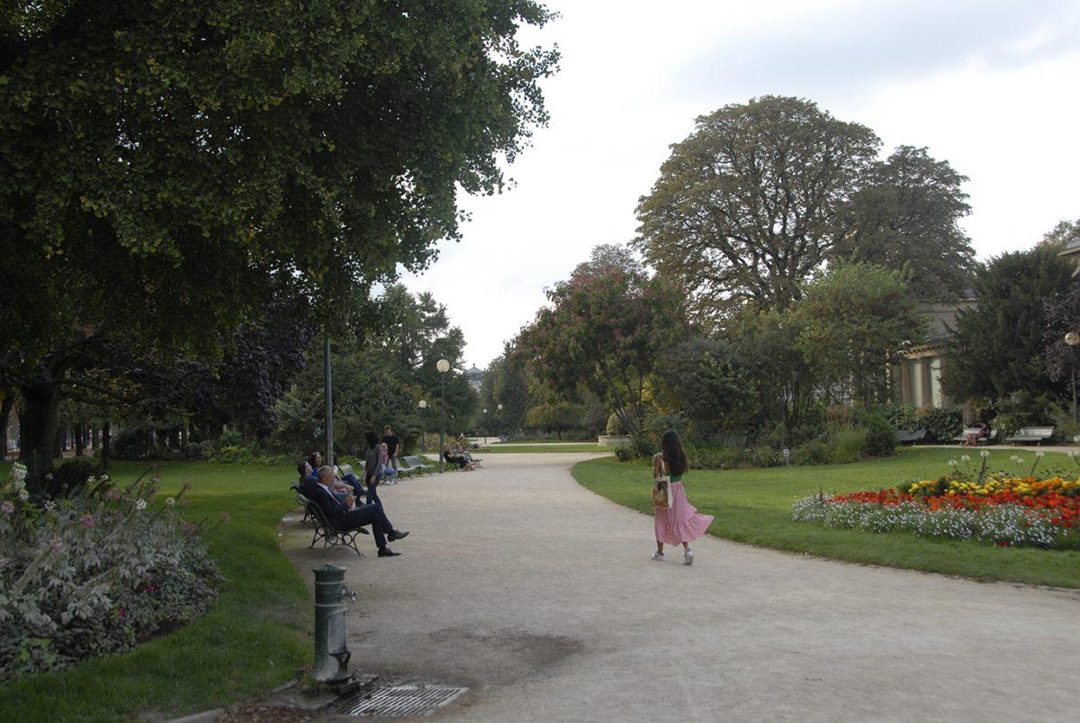 GARDEN; CHAMPS ELYSEES; PARIS;GIRL WALKING;